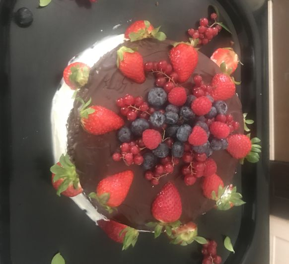 Tarta chocolate con fruta del bosque